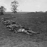 Alexander Gardner, Bodies of Confederate dead gathered for burial after the Battle of Antietam, September 1862, photograph, Washington, D.C., Library of Congress, reproduction number LC-DIG-cwpb-01094, Public Domain via Wikimedia Commons.